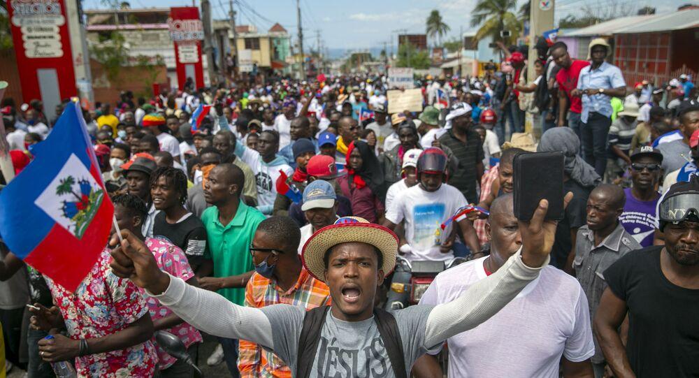 Persone in protesta per chiedere le dimissioni del presidente haitiano Jovenel Moise a Port-au-Prince, Haiti, domenica 28 febbraio 2021. L'opposizione contesta il mandato del presidente Moise, che si è concluso il 7 febbraio, ma il presidente e i suoi sostenitori dicono che il suo mandato quinquennale scade solo nel 2022.