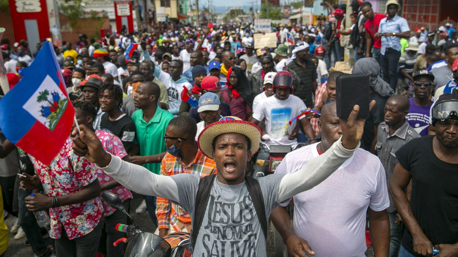 Persone in protesta per chiedere le dimissioni del presidente haitiano Jovenel Moise a Port-au-Prince, Haiti, domenica 28 febbraio 2021. L'opposizione contesta il mandato del presidente Moise, che si è concluso il 7 febbraio, ma il presidente e i suoi sostenitori dicono che il suo mandato quinquennale scade solo nel 2022. - Sputnik Italia, 1920, 03.06.2021