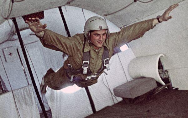 Boris Volynov in stato di assenza di peso durante la preparazione per il volo spaziale - Sputnik Italia