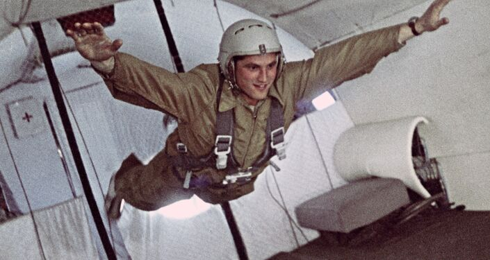 Boris Volynov in stato di assenza di peso durante la preparazione per il volo spaziale