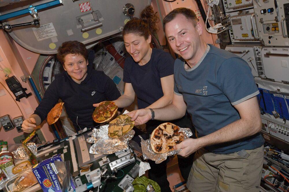 Mentre si preparano la pizza sulla ISS