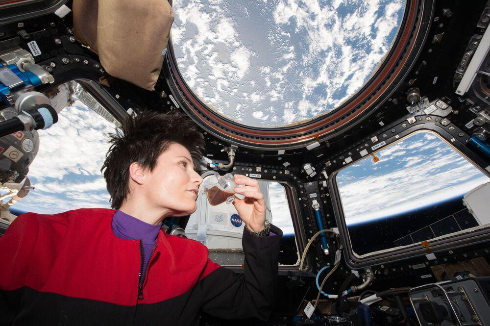L'astronauta italiana Samantha Cristoforetti beve caffè sulla ISS