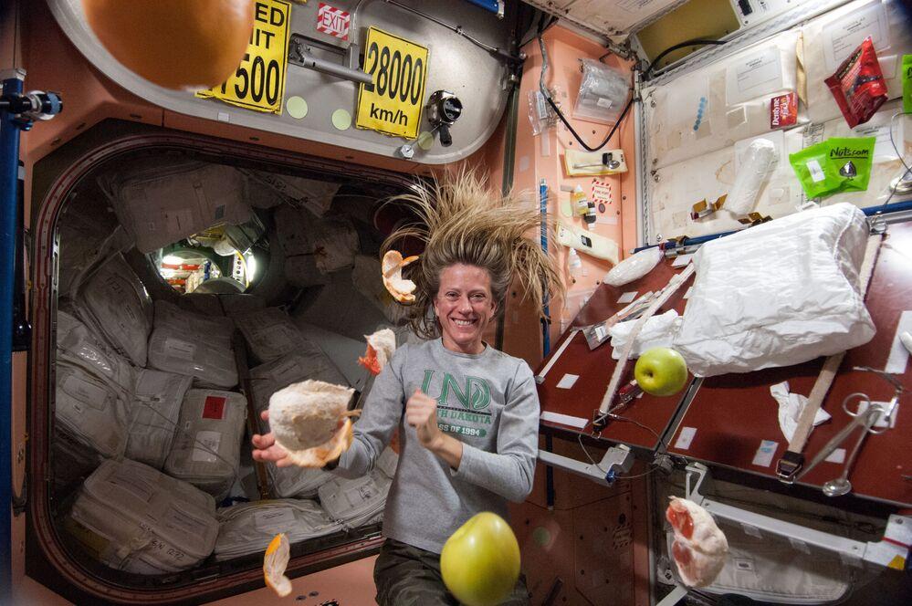 L'astronauta americana Karen Nyberg con frutta volante sulla ISS