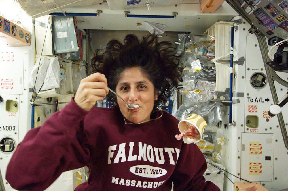 L'astronauta americana Sunita Williams mangia il gelato a bordo della ISS