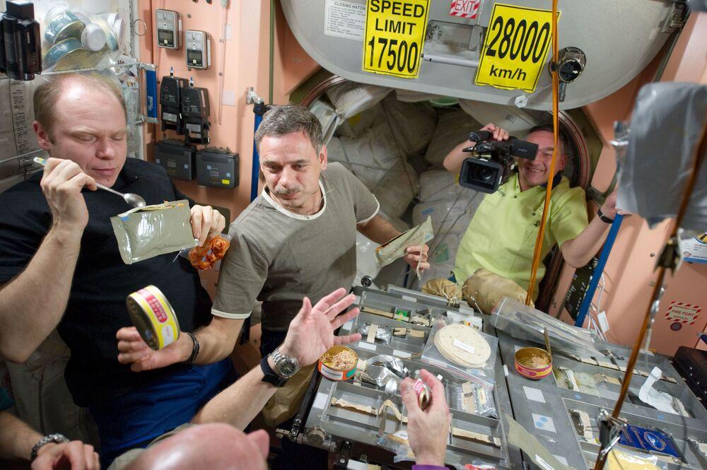 I membri della 23a spedizione sulla ISS durante il pranzo