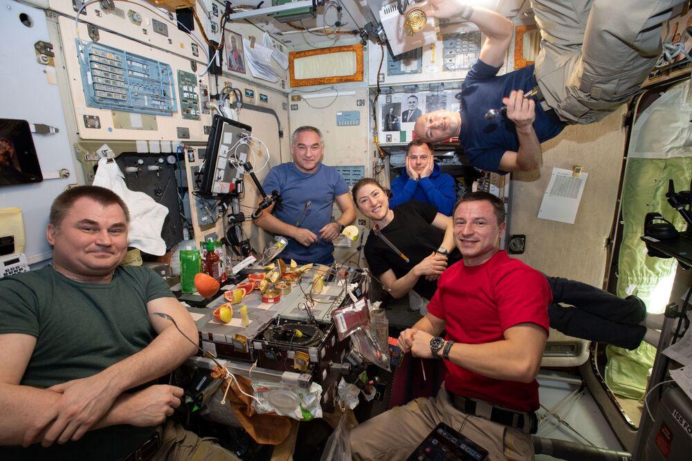 I membri della 60a spedizione a lungo termine sulla ISS all'ora di pranzo