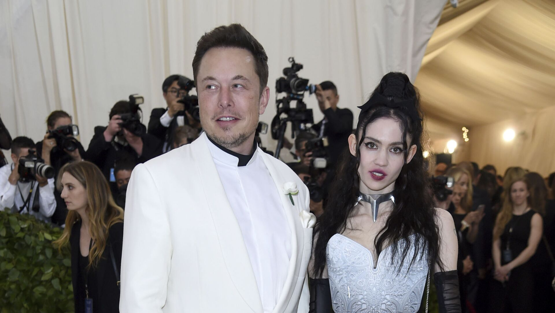Elon Musk, left and Grimes attends The Metropolitan Museum of Art's Costume Institute benefit gala celebrating the opening of the Heavenly Bodies: Fashion and the Catholic Imagination exhibition on Monday, May 7, 2018, in New York. - Sputnik Italia, 1920, 12.04.2021