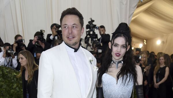 Elon Musk, left and Grimes attends The Metropolitan Museum of Art's Costume Institute benefit gala celebrating the opening of the Heavenly Bodies: Fashion and the Catholic Imagination exhibition on Monday, May 7, 2018, in New York. - Sputnik Italia