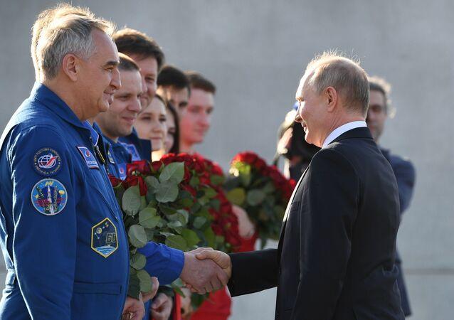 Vladimir Putin ha visitato il monumento a Yury Gagarin
