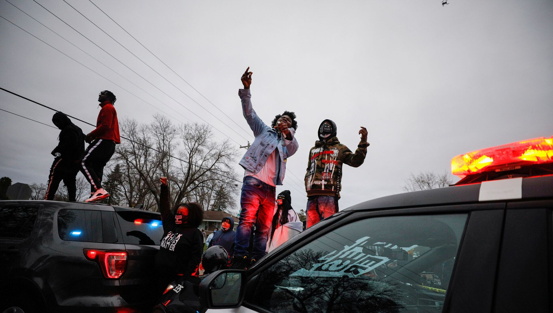 Demonstrators stand on a police vehicle during a protest after police allegedly shot and killed a man, who local media report is identified by the victim's mother as Daunte Wright, in Brooklyn Center, Minnesota, U.S. - Sputnik Italia, 1920, 12.04.2021