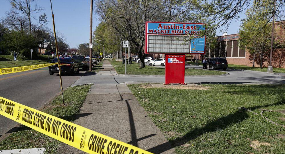 La polizia di Knoxville lavora sul luogo di una sparatoria alla Austin-East Magnet High School, lunedì 12 aprile 2021 a Knoxville, Tennessee.