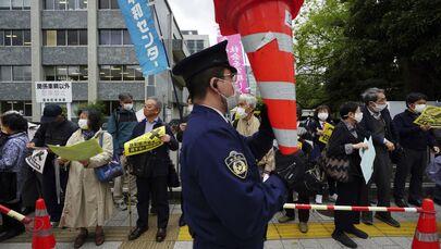 Le persone protestano contro la decisione del governo di rilasciare enormi quantità di acqua radioattiva dalla centrale nucleare di Fukushima nell'oceano, davanti alla residenza del Primo ministro giapponese a Tokyo martedì 13 aprile 2021