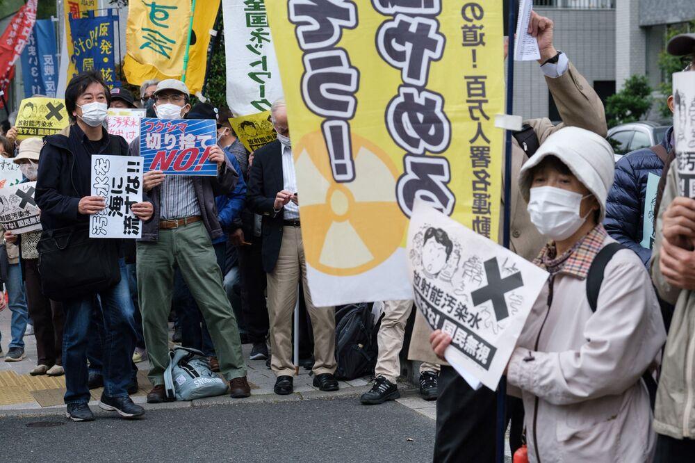 I manifestanti durante una protesta contro il piano del governo giapponese di rilasciare più di un milione di tonnellate di acqua dalla centrale nucleare di Fukushima nell'oceano, il 13 aprile 2021