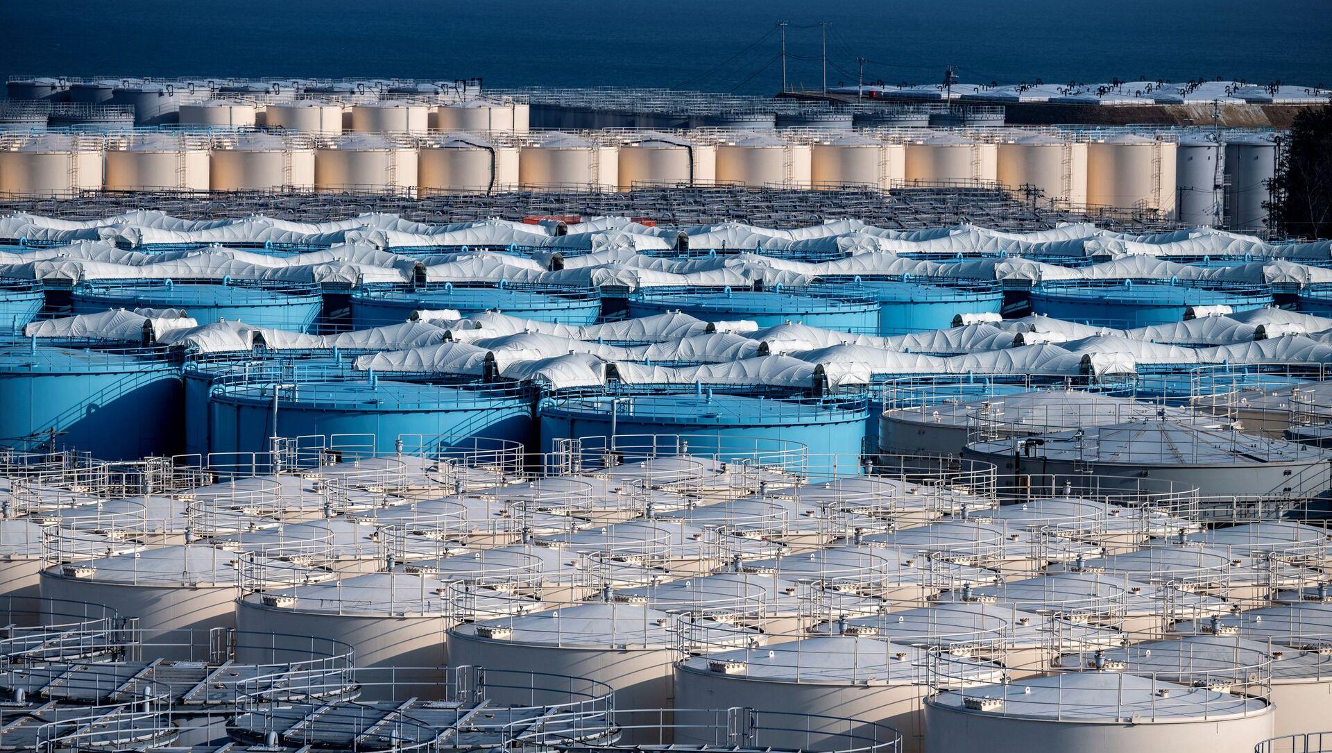Резервуары для хранения загрязненной воды АЭС Фукусима - Sputnik Italia, 1920, 13.04.2021