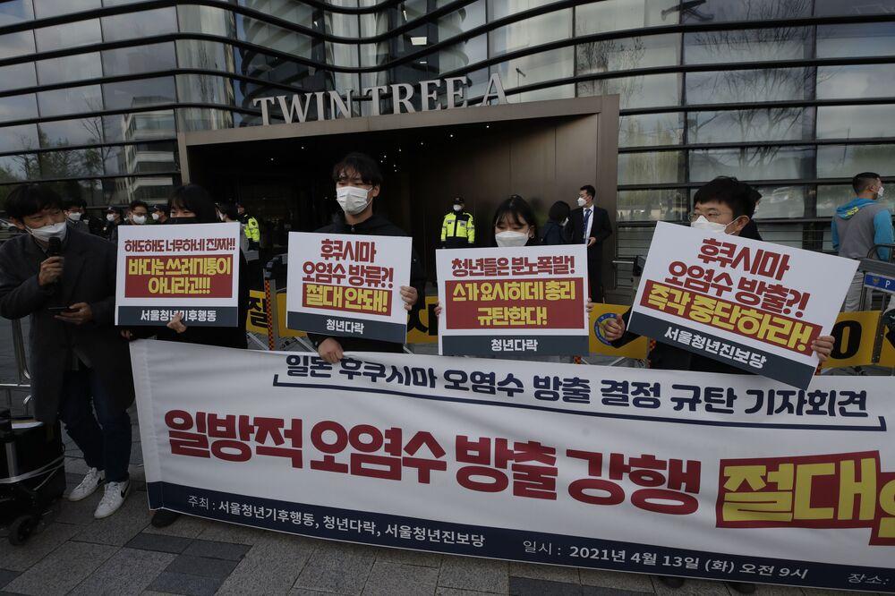 Proteste dei giovani contro il rilascio delle acque radioattive nell'oceano dalla centrale nucleare di Fukushima-1 a Seoul, Corea del Sud