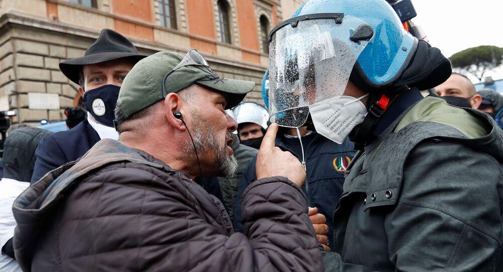 Scontri tra polizia e manifestanti durante le proteste dei ristoratori a Roma, 13 aprile 2021
