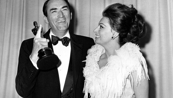 Gregory Peck con Sophia Loren ai premi Oscar, l'8 aprile 1963 - Sputnik Italia