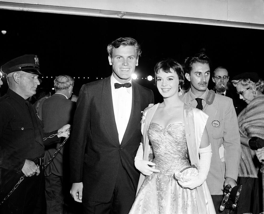 L'attore Tab Hunter e l'attrice Natalie Wood arrivano alla Cerimonia di premiazione annuale degli Oscar, il 21 marzo 1956