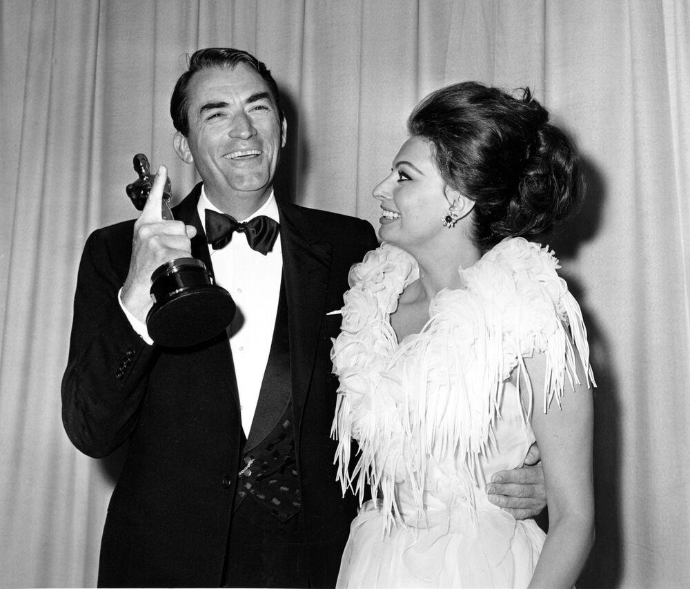 Gregory Peck con Sophia Loren ai premi Oscar, l'8 aprile 1963