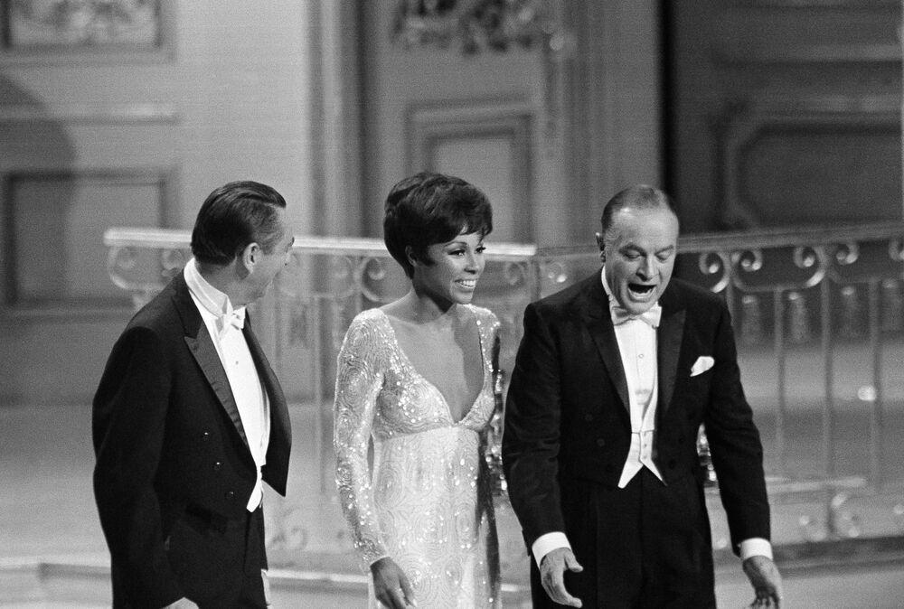 Il comico Bob Hope, la cantante Diahann Carroll e l'attore Macdonald Carey non riescono a trovare i microfoni durante la Cerimonia di premiazione annuale degli Oscar il 10 aprile 1968