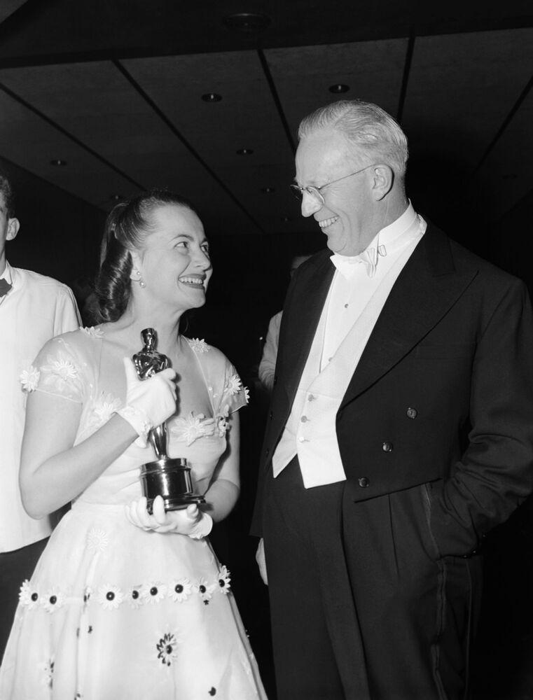 Il governatore della California Earl Warren si congratula con la star del cinema Olivia De Havilland per aver vinto il suo secondo Oscar, il 23 marzo 1950