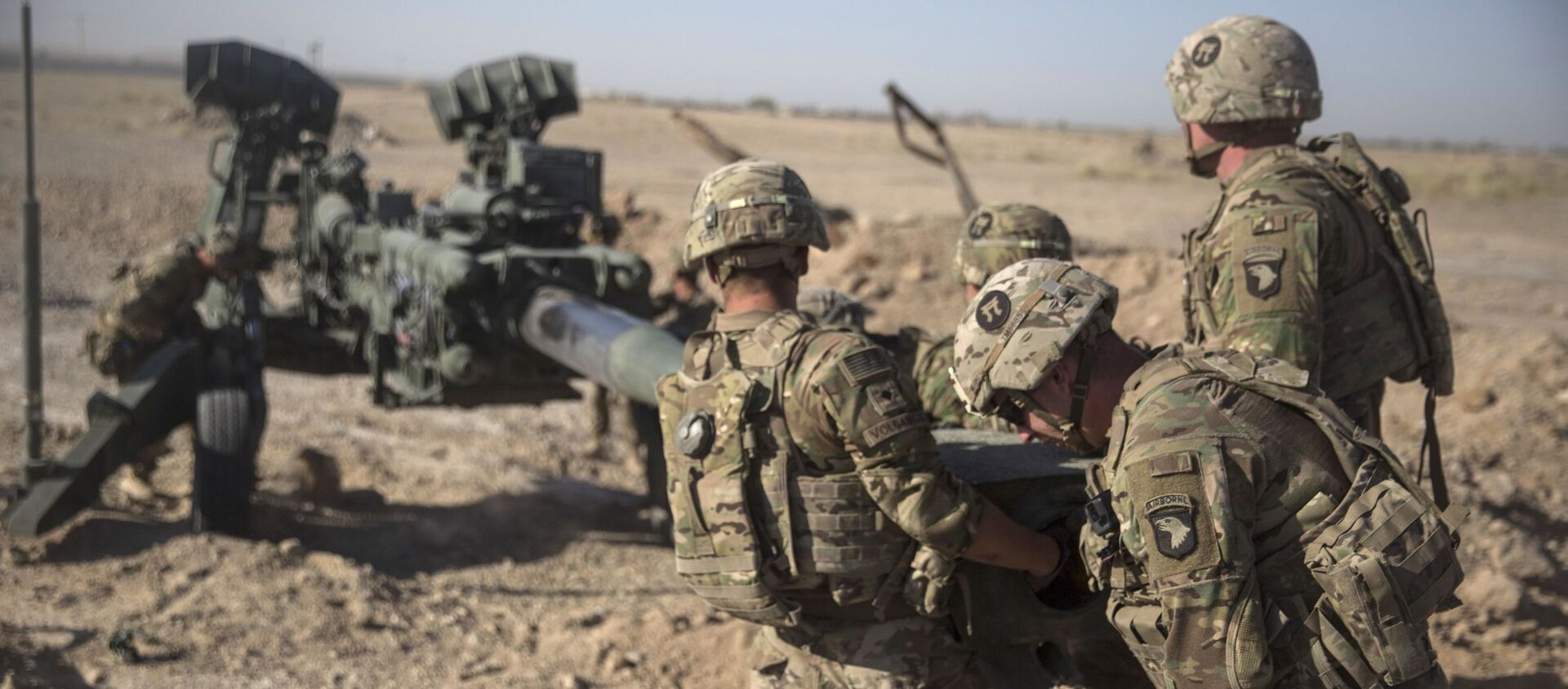 This June 10, 2017 photo provided by Operation Resolute Support, U.S. Soldiers with Task Force Iron maneuver an M-777 howitzer, so it can be towed into position at Bost Airfield, Afghanistan - Sputnik Italia, 1920, 14.04.2021