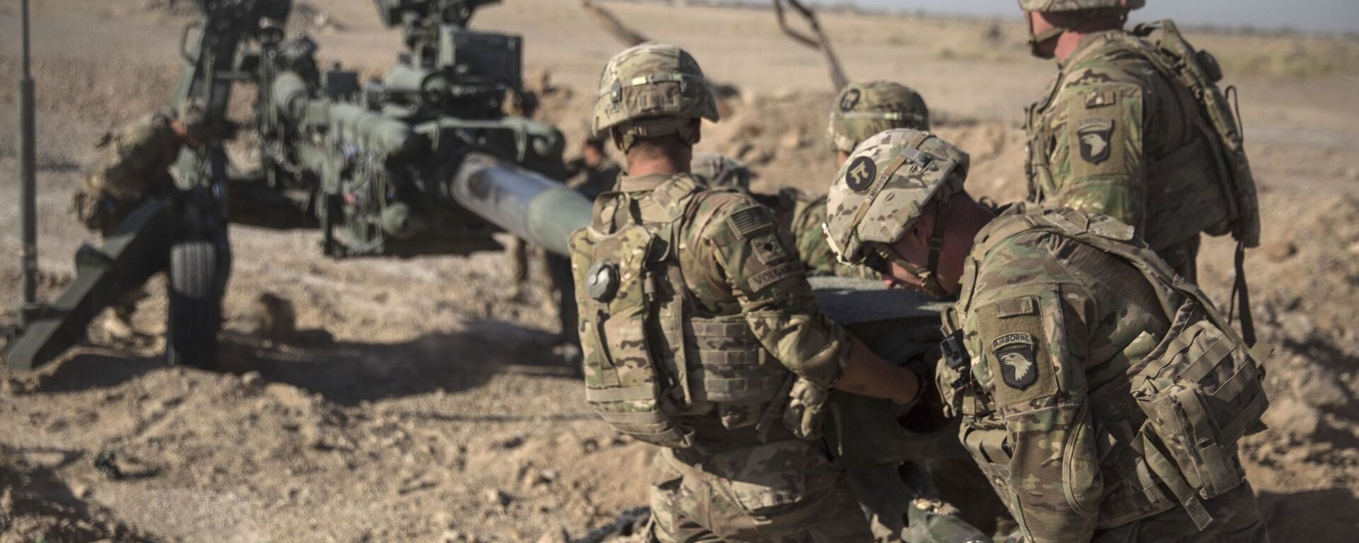 This June 10, 2017 photo provided by Operation Resolute Support, U.S. Soldiers with Task Force Iron maneuver an M-777 howitzer, so it can be towed into position at Bost Airfield, Afghanistan - Sputnik Italia, 1920, 16.07.2021