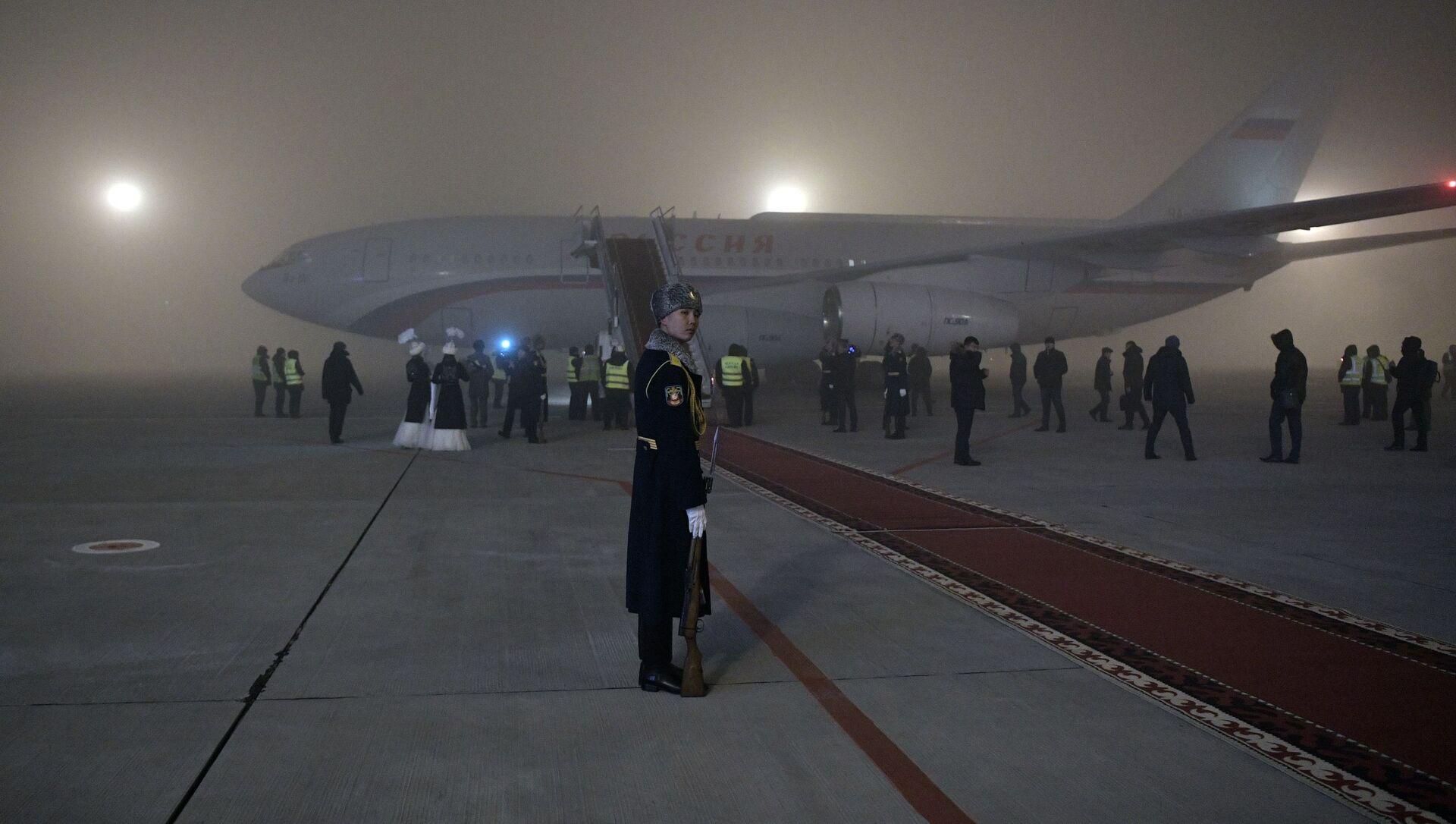 Самолет президента России Владимира Путина в аэропорту Бишкека - Sputnik Italia, 1920, 14.04.2021