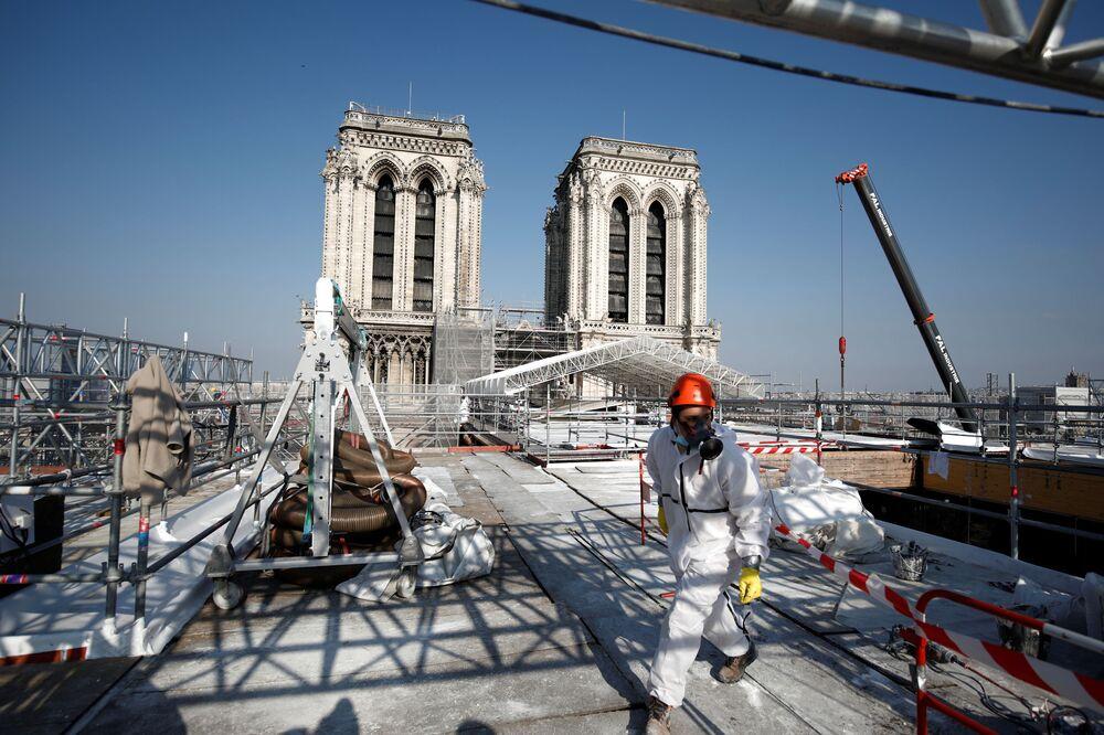 A due anni dal grande incendio che distrusse la guglia e parte del tetto, finora la cattedrale è stata soltanto messa in sicurezza