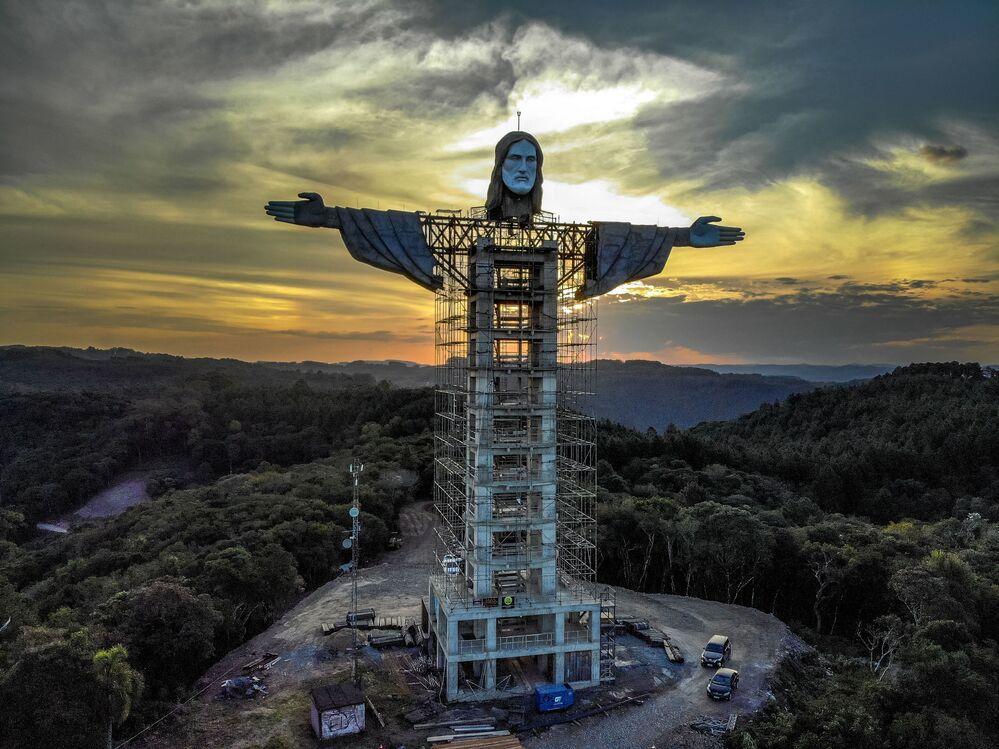 Costruzione di una nuova statua di Gesù Cristo nella città brasiliana di Encantado