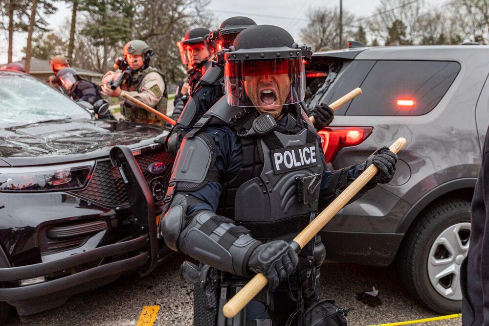 Scontri tra polizia e manifestanti a Minneapolis, USA