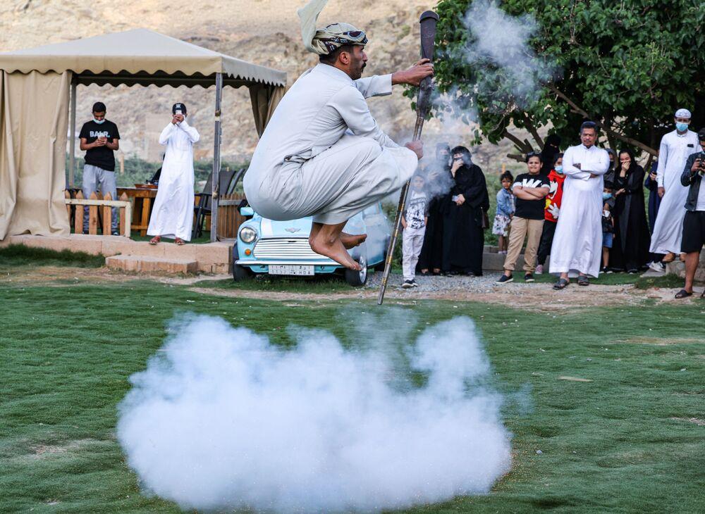 Un ballerino si esibisce nella danza tradizionale Taashir, Arabia Saudita