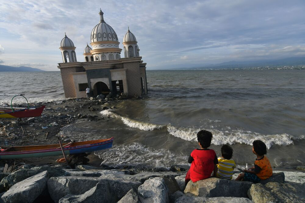 Bambini vicino alla moschea durante il mese sacro del Ramadan, Indonesia