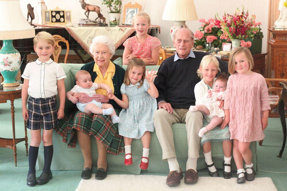 La regina Elisabetta II del Regno Unito con il principe Filippo e pronipoti
