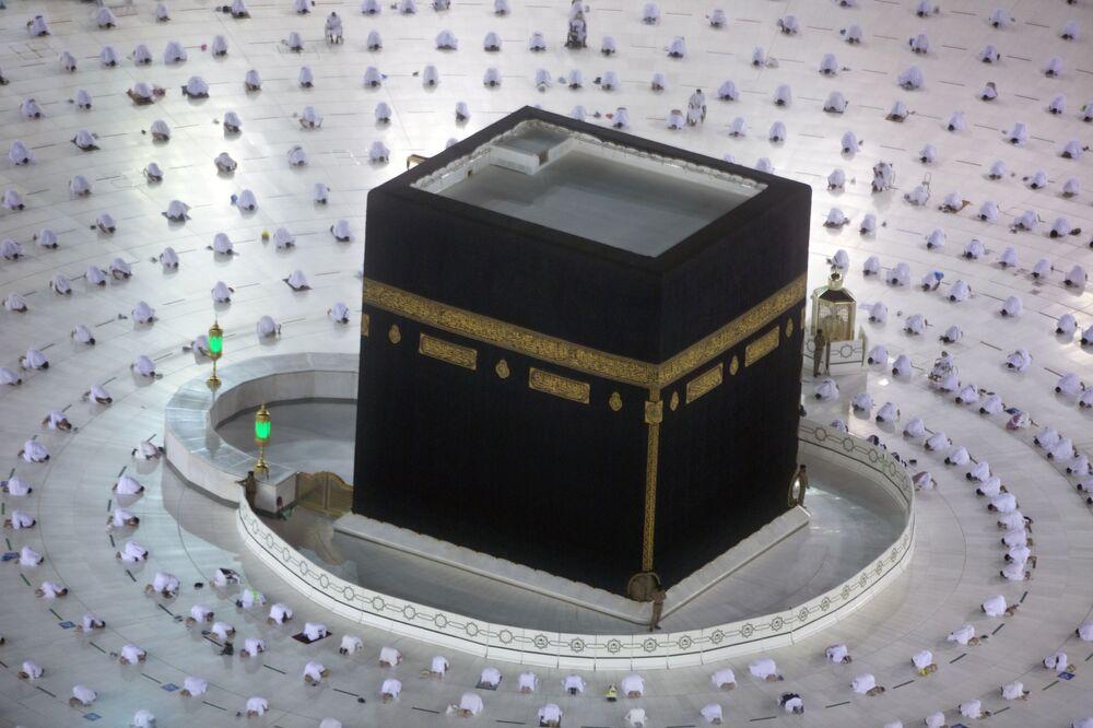 I musulmani durante le prime preghiere dell'alba del mese sacro del Ramadan, intorno alla Kaaba, nella città santa musulmana di Mecca, Arabia Saudita, martedì 13 aprile 2021