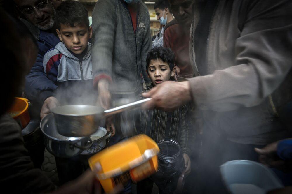 La distribuzione della zuppa alle persone bisognose durante il mese del Ramadan a Gaza, il 14 aprile 2021