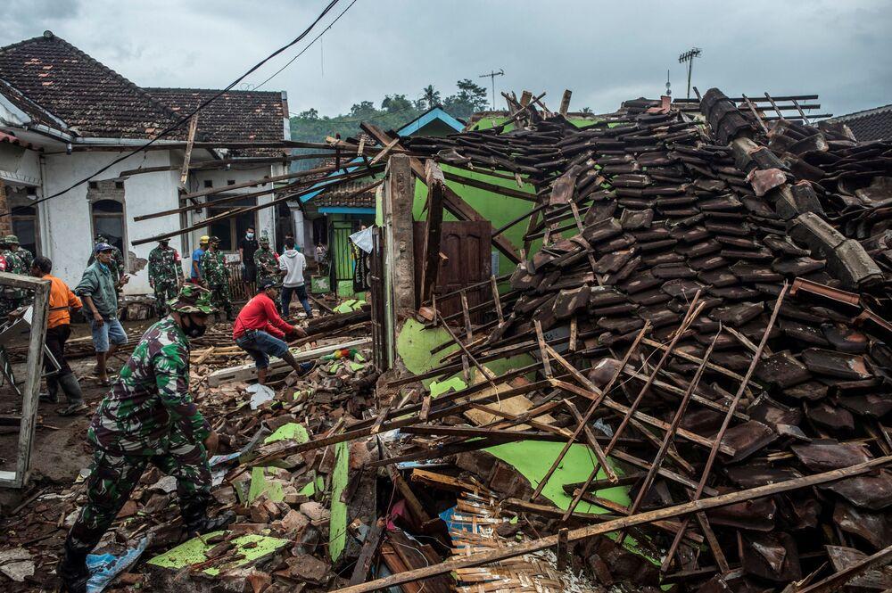 Le case distrutte da un terremoto di magnitudo 6.0 a Malang, Giava orientale, l'11 aprile 2021