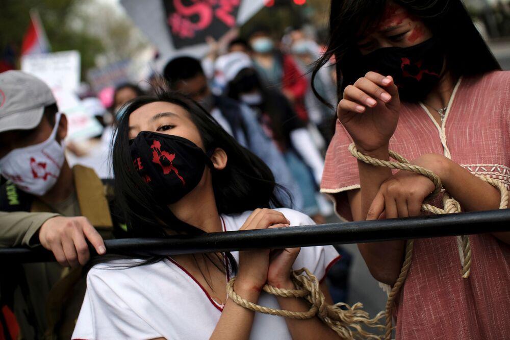 Le attiviste protestano davanti all'Ambasciata del Myanmar a Washington, USA