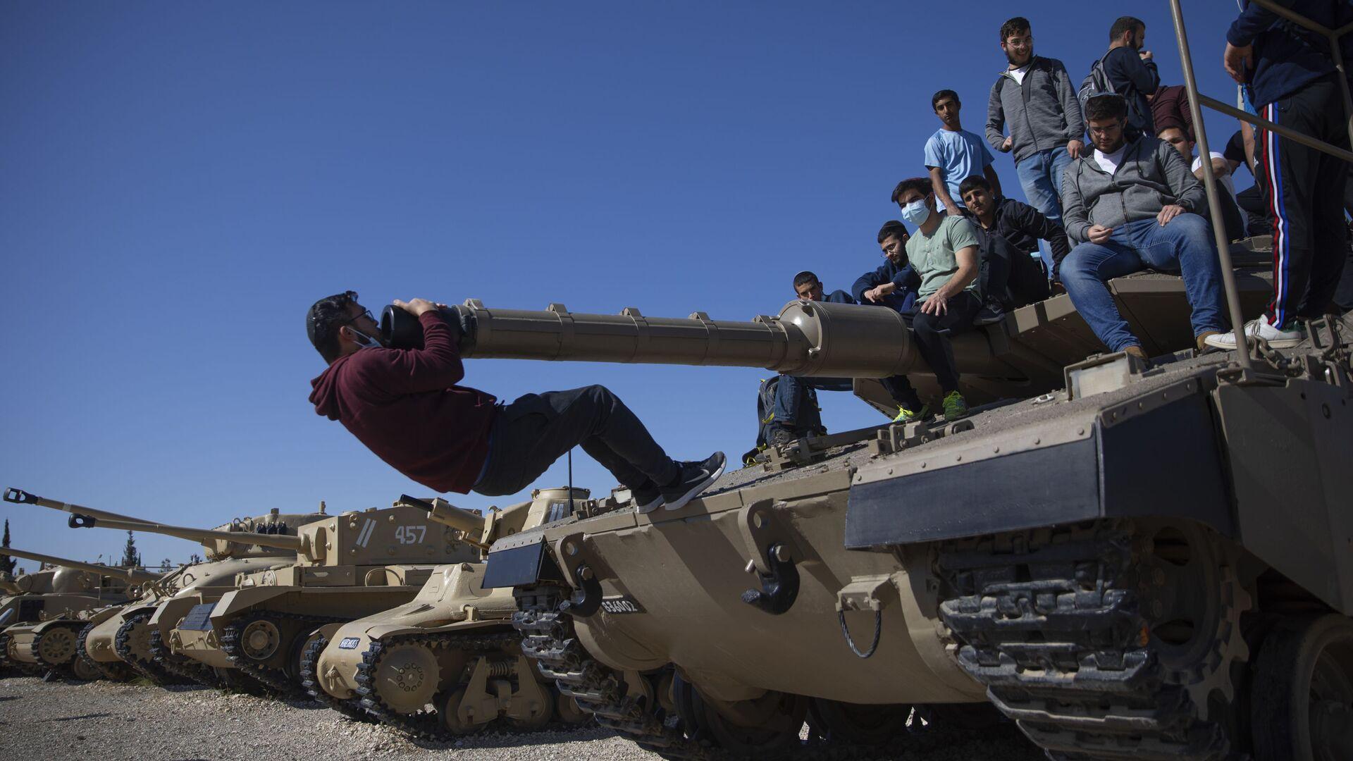 Студенты на танке в Израиле во время церемонии по случаю ежегодного Дня памяти погибших солдат - Sputnik Italia, 1920, 12.09.2021