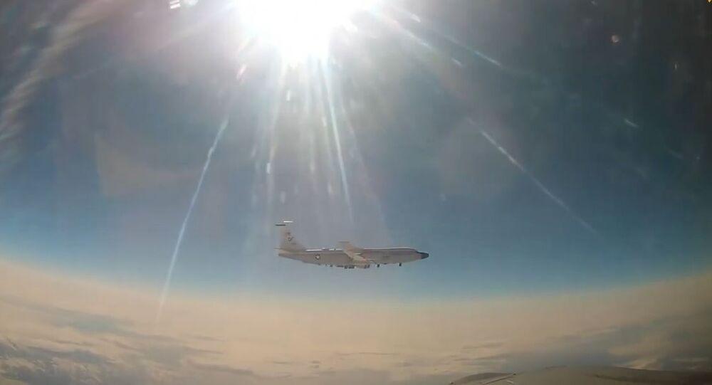 MiG-31 intercetta aereo da ricognizione americano sull'Oceano Pacifico