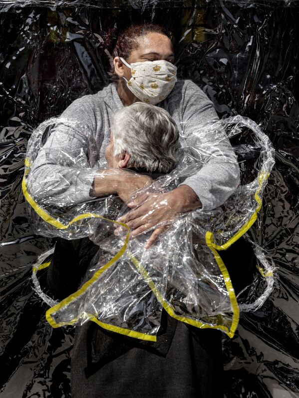 La foto della serie The First Embrace del fotografo danese Mads Nissen, vincitore del concorso World Press Photo 2021 e 1° posto nella categoria General News - Sputnik Italia