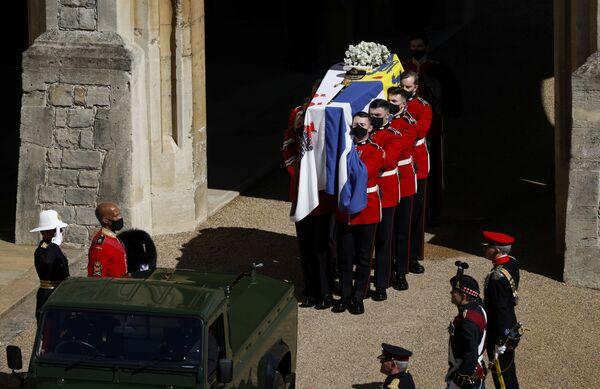 La bara con il corpo del principe Filippo viene trasportata durante i funerali al Castello di Windsor - Sputnik Italia