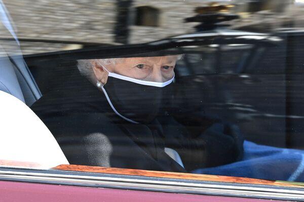 La regina Elisabetta al funerale di suo marito, il principe Filippo  - Sputnik Italia