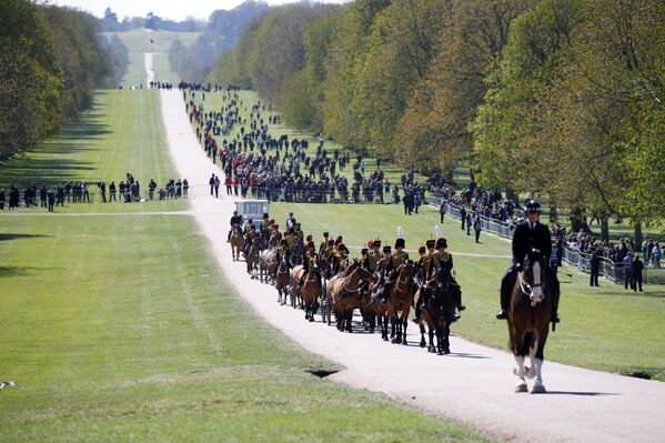 I membri della Royal Cavalry Artillery arrivano al Castello di Windsor il giorno del funerale del principe Filippo  - Sputnik Italia