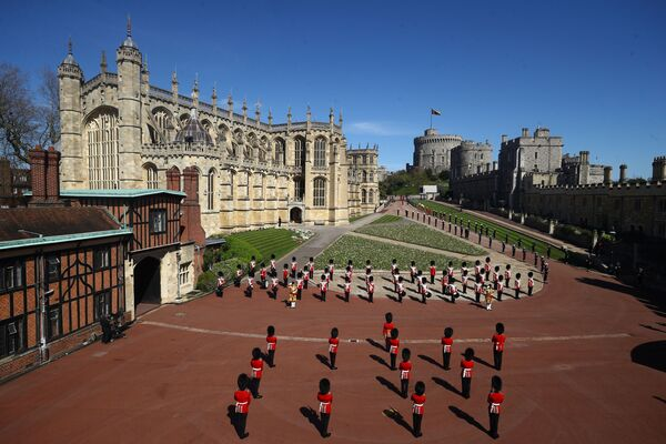 I soldati sorvegliano il territorio del Castello di Windsor vicino alla Cappella di San Giorgio durante i funerali del principe Filippo - Sputnik Italia