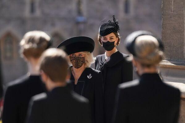 Camilla, duchessa di Cornovaglia, e Catherine, duchessa di Cambridge, ai funerali del principe Filippo - Sputnik Italia
