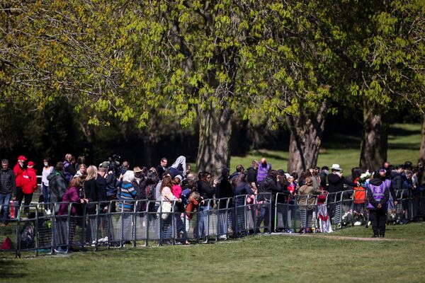 Le persone si radunano vicino al Castello di Windsor il giorno dei funerali del principe Filippo  - Sputnik Italia