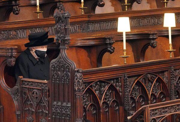 La regina Elisabetta II al funerale del principe Filippo alla cappella di San Giorgio a Windsor - Sputnik Italia