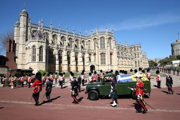 Il carro funebre con la bara del principe Filippo sul territorio del Castello di Windsor - Sputnik Italia