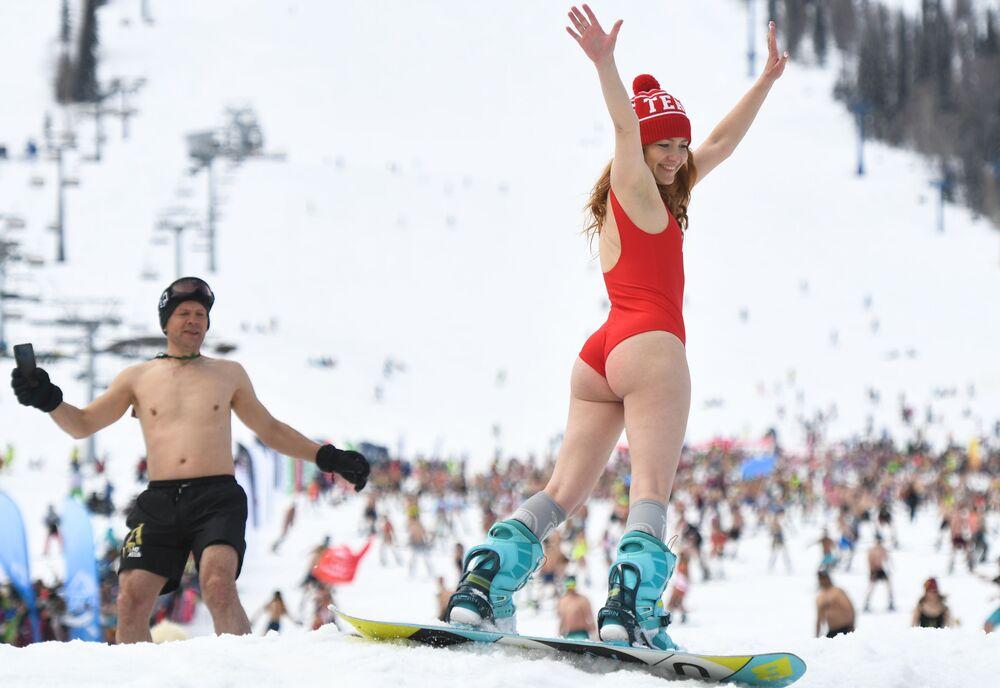 1.772 persone si sono tolte i vestiti e sono andate a sciare e fare snowboard dal monte
